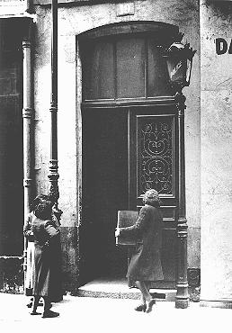 A Jewish women carries her radio into a police station after a German order (August 8, 1941) 